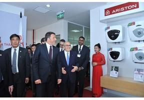 Italian Prime Minister Matteo Renzi visits Vietnam-based Ariston plant